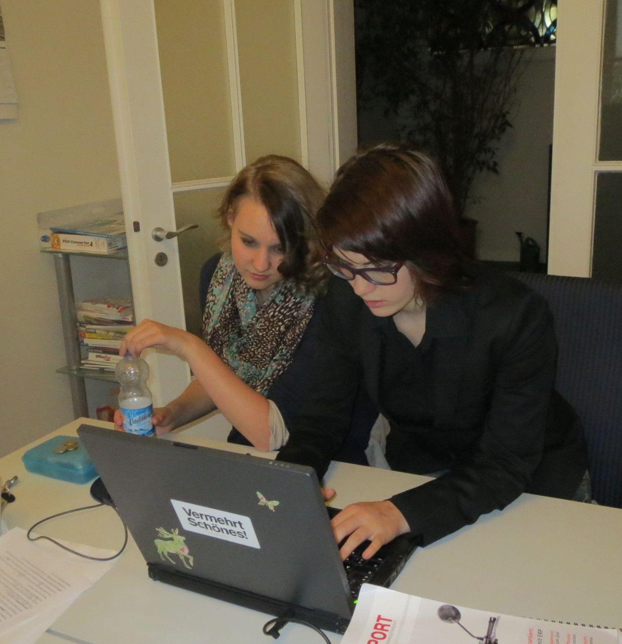 Schülerpraktikantin Jana bespricht mit Freundin Tamara den ersten Blogbeitrag