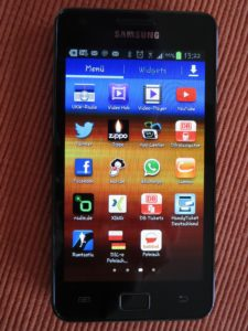 Handy mit SocialMedia-Icons