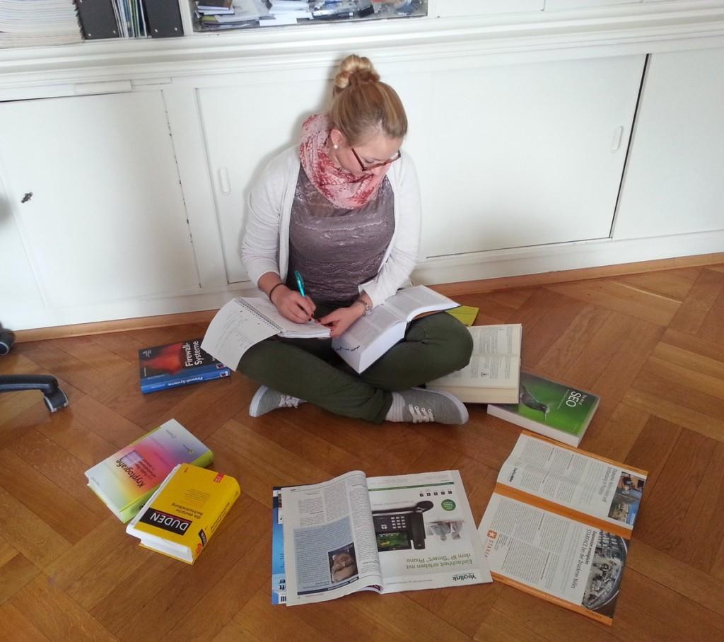 Anna recherchiert in Büchern