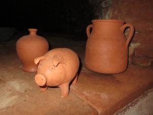 Vasen aus Ton und ein Schweinchen im Spot