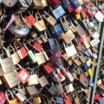 Viele Schlösser auf der Kölner Rheinbrücke, hochauflösendes Foto