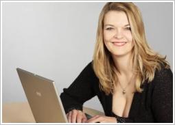 Petra A. Bauer mit Laptop