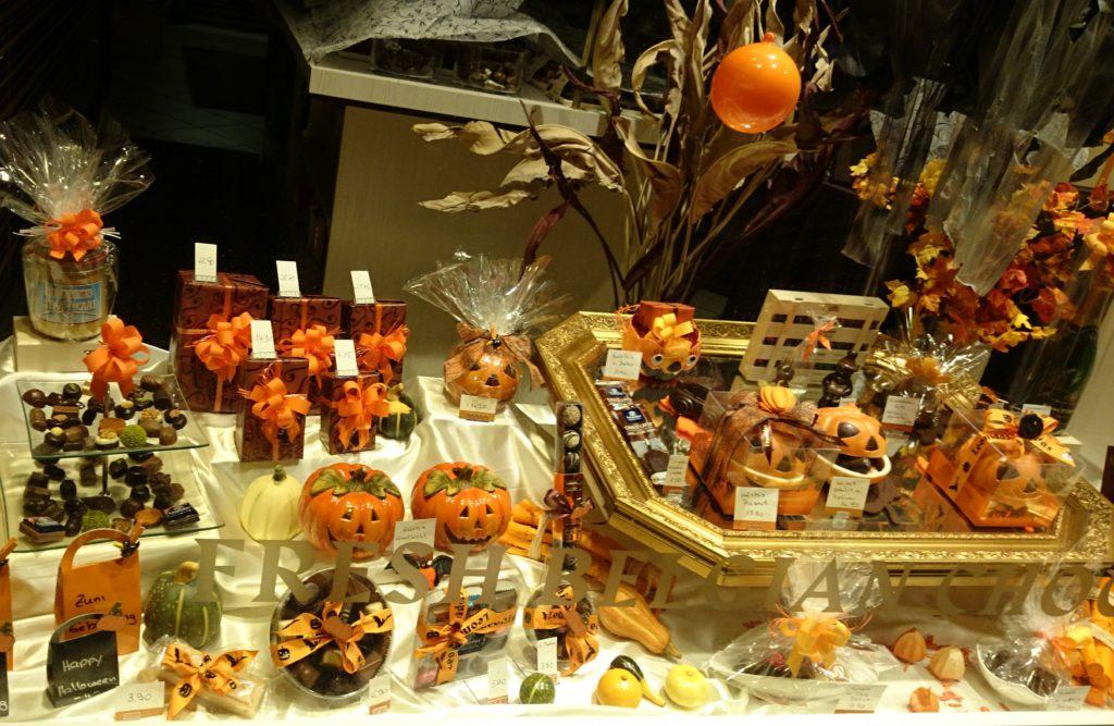 Schioko-Schaufenster, geschmückt für Halloween