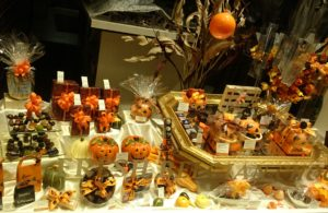 Schoko-Schaufenster, geschmückt für Halloween