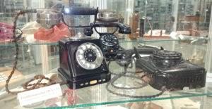 Alter Tischfernsprecher im Fernmeldemuseum Aachen