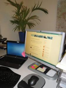 Arbeitsplatz mit Laptop und Monitor