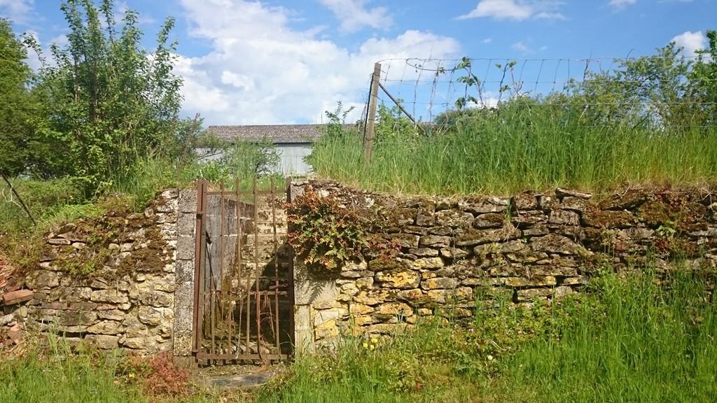 Gartenmauer, gebaut aus vielen kleinen Steinen
