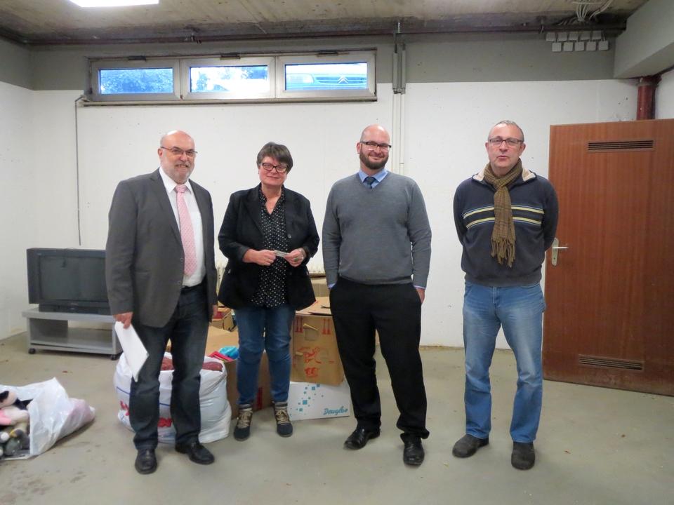(v.l.) Bauleiter Süßenberger mit Hannelore Leiendecker, Thomas Schröder und Manfred Leiendecker beim Begutachten der zukünftigen Baustelle