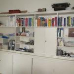 Einbauschrank mit Büchern, Zeitschriften und CDs