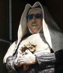 Mann mit dunkler Brille in Nonnentracht