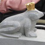 Froschkönig aus Stein mit Krone