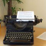 Mechanische Schreibmaschine auf Schreibtisch