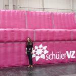 Mädchen vor einem Riesensofa