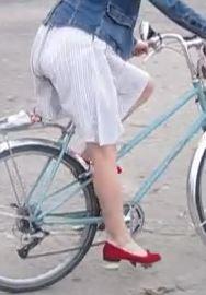 Radfahrerin im weißen Rock