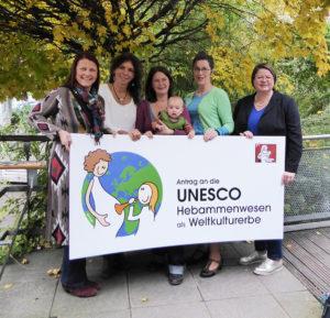 Vertreterinnen der Organisationen Bund freiberuflicher Hebammen Deutschlands, Deutscher Hebammenverband und Hebammen für Deutschland e.V. mit dem Antrag an die UNESCO