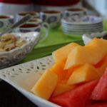 Typische Zwischenmahlzeit in Armenien mit Nüssen, Kaffee und Obst