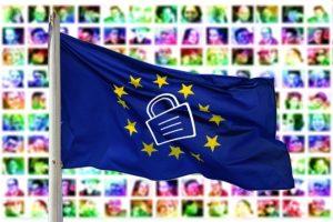 Vorhängeschloss auf Europafahne, im Hintergrund viele Porträts