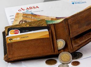Geldbörse mit Kreditkarten und Münzen