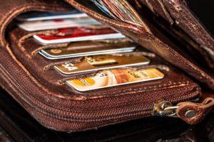 Geldbörse mit diversen Geld-, EC- und Kredit-Karten