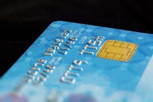 Ausschnitt einer blauen Kreditkarte mit Chip