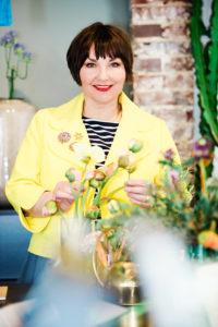 Susanne Ackstaller in Gelb mit Blumen