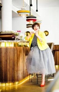 Modebloggerin Susanne Ackstaller im Tüllrock mit gelbem Jackett