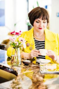 Susanne Ackstaller mit Tee, nachdenklich