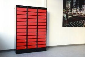 Roter Fächerschrank für Laptops
