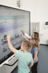 Schüler arbeiten am Smartboard