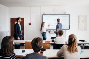 Schulklasse mit interaktivem Smartboard