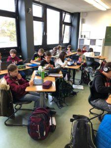 Pilotklasse 6c ASG Hürth: Schülerinnen und Schüler arbeiten mit ihren Laptops