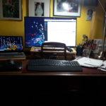 Schreibtisch mit Laptop, Tastatur, Monitor