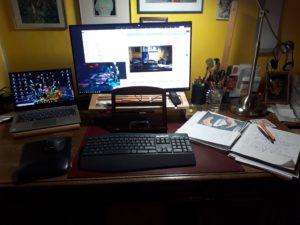 Schreibtisch mit Laptop, Monitor, Tastatur ...