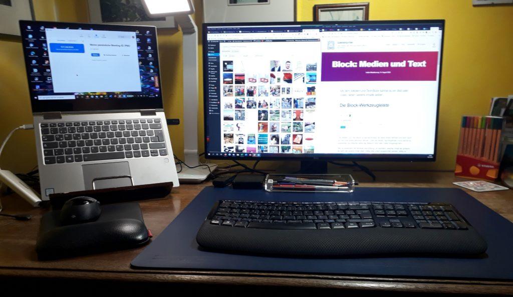 Laptop hochgestellt, Extra-Lampe, externe Tastatur und Monitor